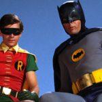 Adam West palasi Batmanin rooliin – uusi elokuva on kuin 1960-luvulta